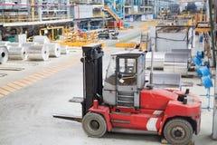Carrello elevatore per alluminio di carico. Immagine Stock