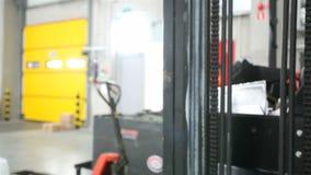 Carrello elevatore in un deposito moderno video d archivio