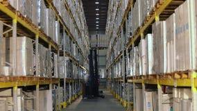 Carrello elevatore in un grande magazzino moderno, lavoro dei carrelli elevatori in un magazzino, flusso di lavoro in un magazzin stock footage