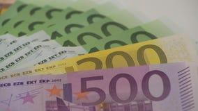 carrello 4K che fa scorrere le fatture degli euro dei valori differenti Un'euro fattura di cinquecento archivi video