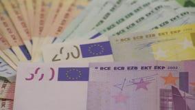 carrello 4K che fa scorrere le fatture degli euro dei valori differenti Un'euro fattura di cinquecento video d archivio