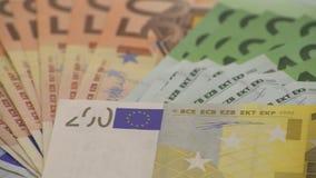 carrello 4K che fa scorrere le fatture degli euro dei valori differenti Un'euro fattura di duecento archivi video