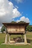 Carrello sotto il granaio di legno Fotografie Stock