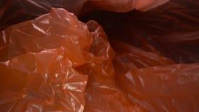 Carrello sparato attraverso il fondo eliminabile del sacchetto di plastica Spreco di plastica trasparente e riutilizzabile Ricicl archivi video