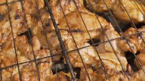 Carrello sparato delle bacchette di pollo sulla griglia stock footage
