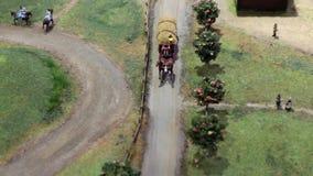 Carrello trainato da cavalli con fieno stock footage
