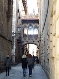 Carrer del Bisbe, Барселона - Испания Стоковые Фото