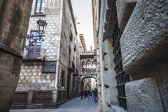 Carrer del Bisbe em mais quartier gótico Imagens de Stock