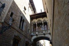 Carrer del Bisbe Irurita, Barcelona gammal stad, Spanien Royaltyfria Foton