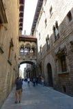 Carrer del Bisbe Irurita, Barcelona gammal stad, Spanien Royaltyfri Bild