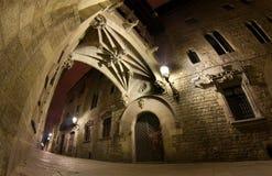 Carrer Del Bisbe nachts Stockbilder