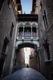 Carrer del Bisbe Street en el cuarto gótico de Barcelona Foto de archivo libre de regalías
