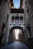 Carrer Del Bisbe Street im gotischen Viertel von Barcelona Lizenzfreies Stockfoto