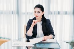 Carrera acertada de la hembra del trabajo de la mujer de negocios imagenes de archivo