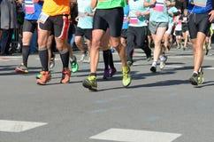 Carrera corriente del maratón, muchos pies de los corredores en competir con de camino, competencia de deporte, aptitud y forma d Foto de archivo