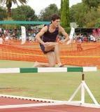 Carrera de obstáculos corriente del atleta imagenes de archivo