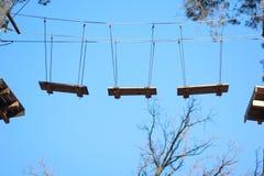 Carrera de obstáculos en el parque de la cuerda Fotos de archivo
