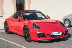 Carrera rojo de Porsche 911 GTS en el estacionamiento al aire libre foto de archivo libre de regalías