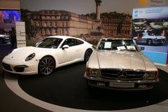 Carrera s de Porsche 911 y oldtimer del Benz de Mercedes imagen de archivo