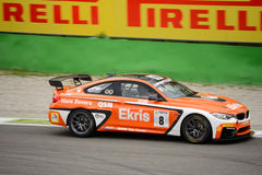 Carreras de coches de Ekris BMW M4 GT4 en Monza Fotos de archivo