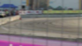 Carreras de coches de la deriva en la pista del asfalto Mucho humo blur metrajes