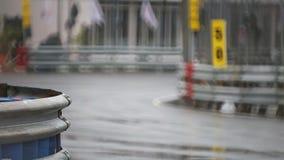 Carreras de coches en circuito mojado metrajes