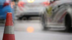Carreras de coches en circuito mojado almacen de metraje de vídeo
