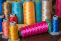 Carretéis coloridos da linha usados na indústria têxtil Fotos de Stock Royalty Free