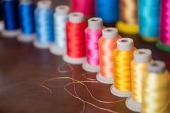 Carretéis coloridos da linha usados na indústria têxtil Imagens de Stock Royalty Free