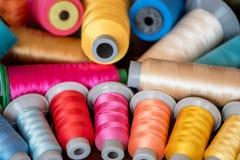 Carretéis coloridos da linha usados na tela e na matéria têxtil Imagem de Stock