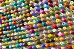 Carretéis com as linhas costurando coloridas fotografia de stock