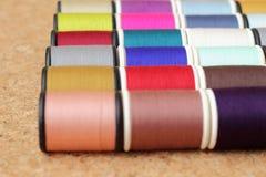 Carretéis da linha coloridos fotografia de stock