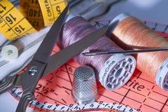 Carretéis da linha de costura, tesouras do metal, dedal do metal, regra da costura Fotografia de Stock