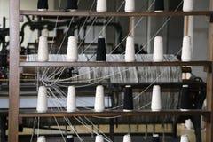 carretéis da linha a girar no fabr industrial velho do tear de tecelagem fotografia de stock