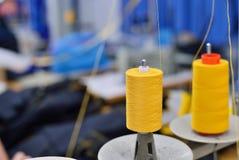 Carretéis da linha no equipamento da costura Foto de Stock