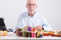 Carretéis das linhas coloridas, alfaiate do homem na parte inferior Foto de Stock