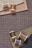 Carretéis das linhas no tecido de algodão quadriculado para o acolchoado e o applique Imagem de Stock