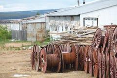 Carretéis de cabo grandes vazios do metal para armazenar o cabo de dados Imagem de Stock