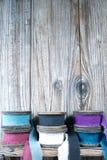 Carretéis de madeira coloridos com as fitas de linho no fundo de madeira Imagens de Stock
