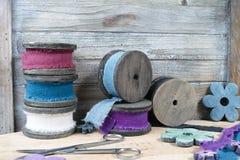 Carretéis de madeira coloridos com as fitas de linho no fundo de madeira Fotos de Stock Royalty Free