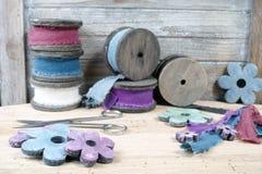 Carretéis de madeira coloridos com as fitas de linho no fundo de madeira Imagem de Stock