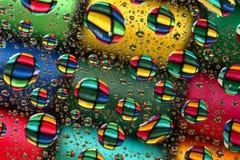 Carretéis do algodão através das gotas de água Imagens de Stock