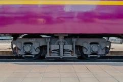 Carretón del tren debajo del carro Imagen de archivo