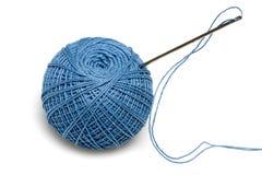 Carrete azul de las cuerdas de rosca con la aguja Imágenes de archivo libres de regalías