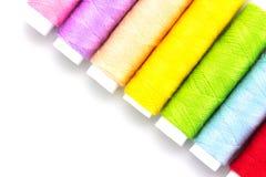 Carrete colorido de los hilados aislado en blanco Imagenes de archivo
