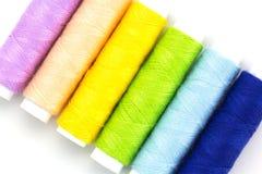 Carrete colorido de los hilados aislado en blanco Fotografía de archivo