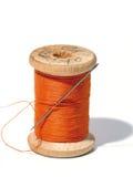 Carrete de costura con una aguja. Una aguja de costura. Fotografía de archivo libre de regalías