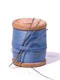 Carrete de costura con una aguja. Una aguja de costura. Imagenes de archivo