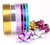 Carrete de la cinta con las cintas y los arqueamientos coloridos Imagen de archivo libre de regalías