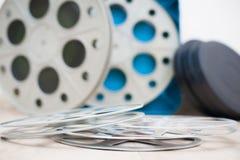 Carrete de la película del cine con las cajas en fondo Fotos de archivo libres de regalías